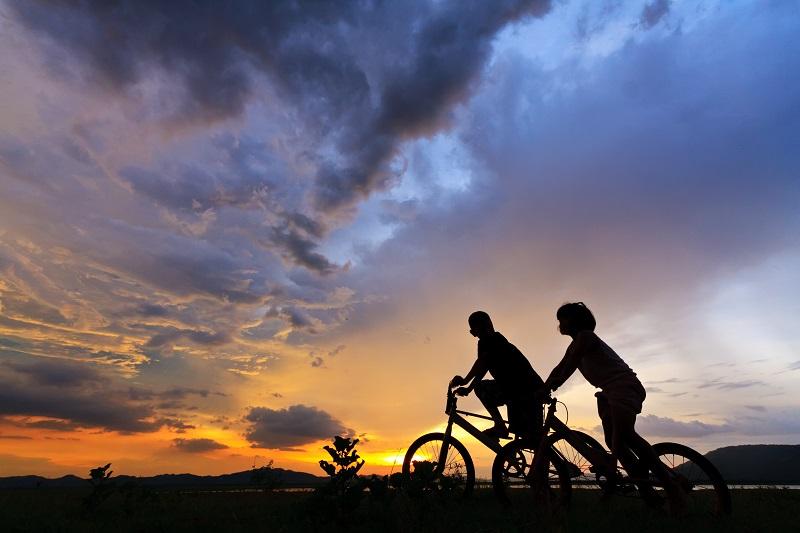beautiful couple on bicycles_zyAAq5Hu