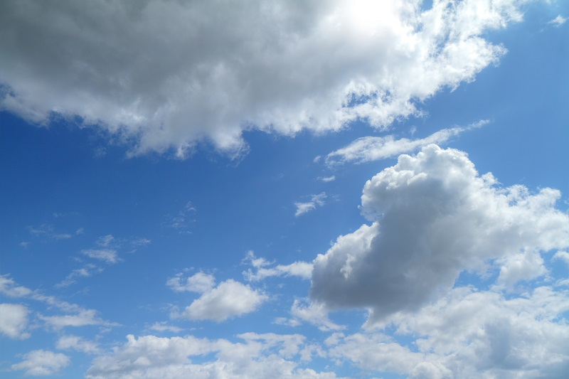 blue sky with clouds and sun_M1UipFr